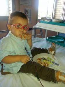 foto de transportes callizo, con Aarón comiendo en el hospital