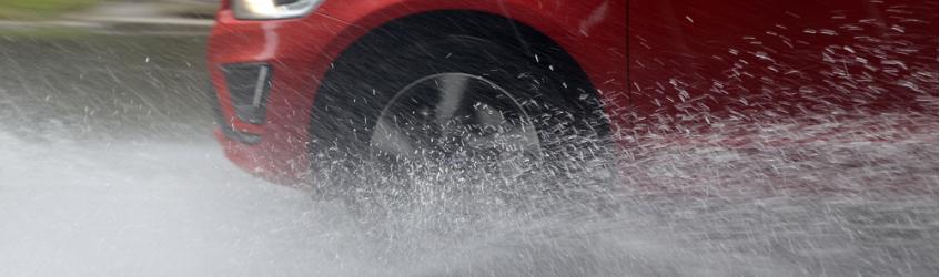 ¿Cómo combatir el aquaplaning al conducir con lluvia?
