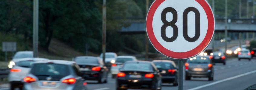 ¿Qué son los cables negros que aparecen a veces en la carretera?